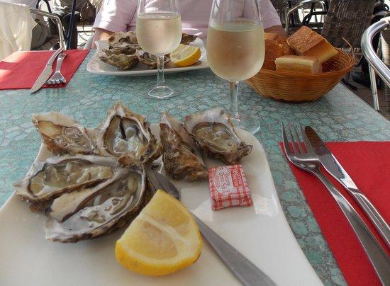 Huîtres avec un vin blanc sec
